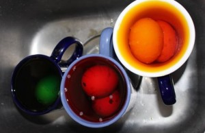 Dyeing eggshells in cups.